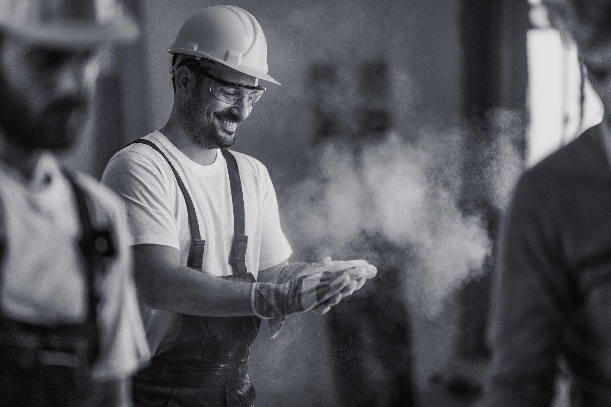 Smilende mann på byggeplass