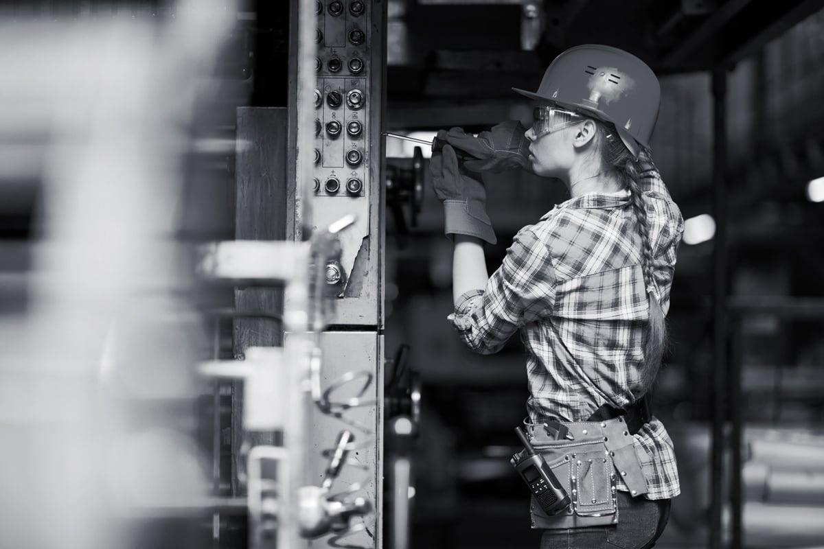 Rørlegger kvinne som jobber