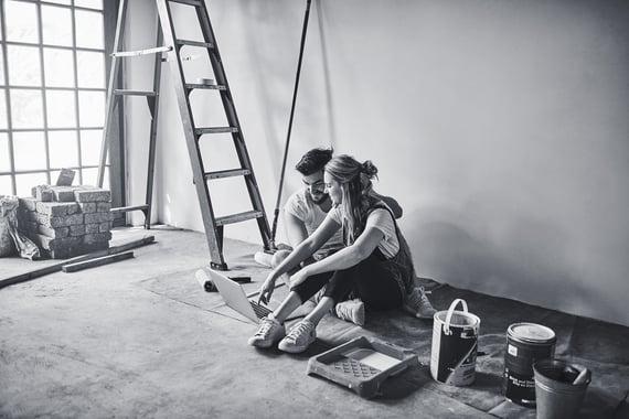 Mann og kvinne pusser opp bolig