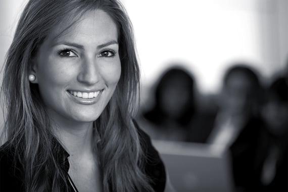 Smilende forretningskvinne