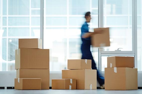 Mann flytter bokser