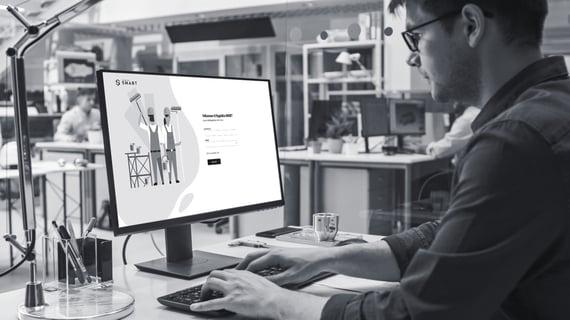 Mann jobber på PC Byggfakta SMART